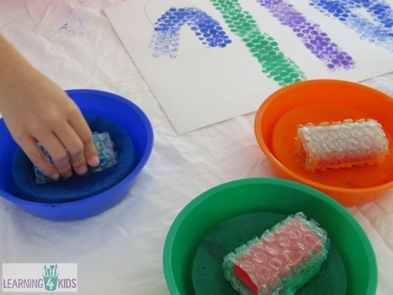 Painting with block wrapped in bubble wrap by learning 4 kids